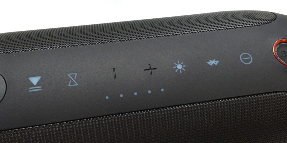 On retrouve tous les boutons des enceintes JBL plus le JBL Connect pour fusionner plusieurs enceintes.