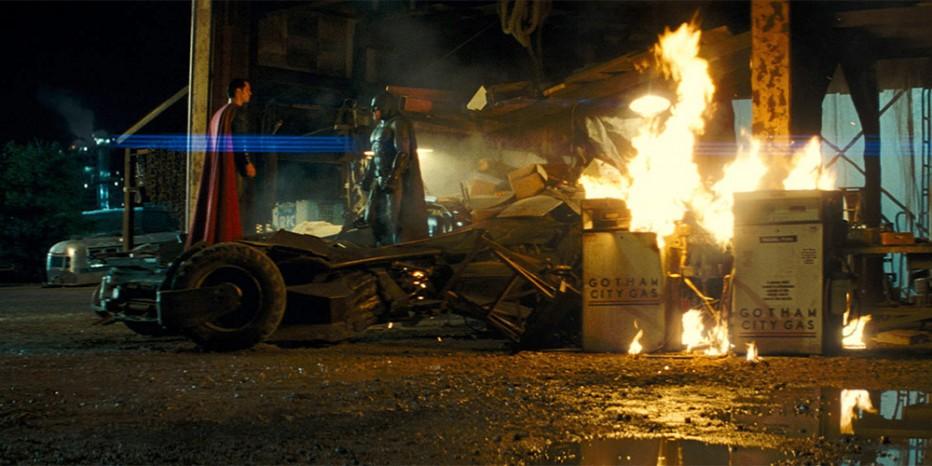 Quand Superman démonte la Batmobile…